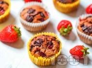 Нисковъглехидратни ягодови протеинови мъфини с пълнозърнесто брашно, кисело мляко, черен шоколад и ванилия